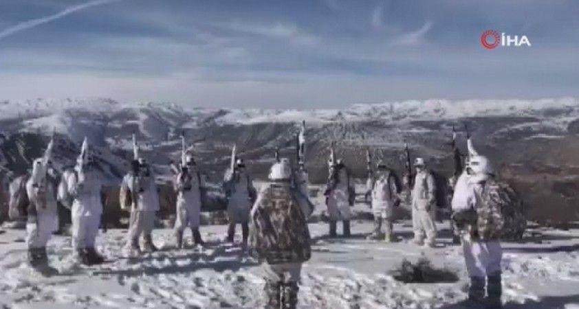 Operasyondaki Mehmetçik'ten karlı dağlarda Komando Marşı