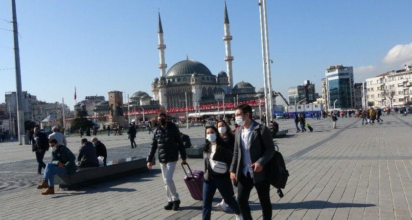 Güneşli havada vatandaşlar Taksim Meydanı'na akın etti
