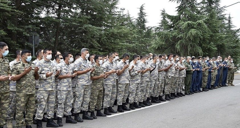 Ortak tatbikata katılan Türk ve Azerbaycan askerlerinden bayram kutlaması