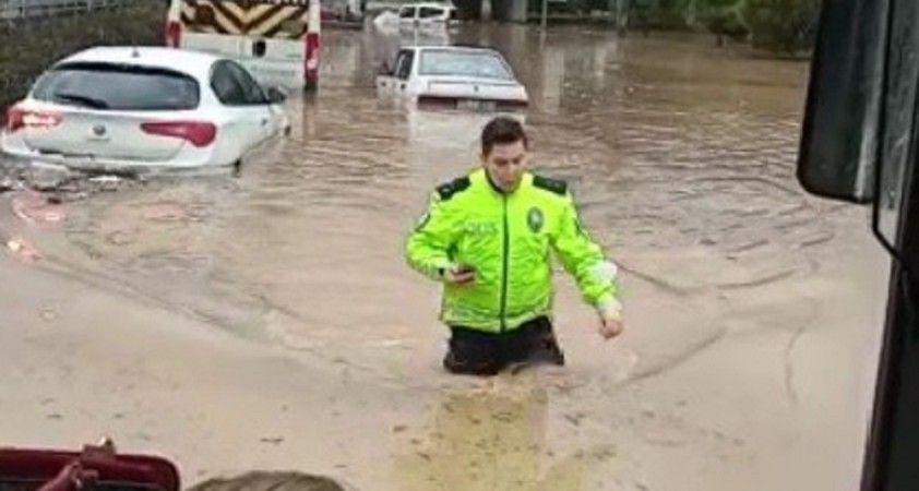İzmir'de polis beline kadar suya girdi, yardıma koştu