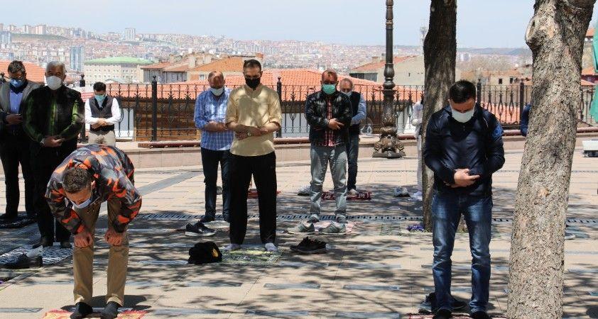 Ankara'da cuma namazı pandemi şartları altında kılındı