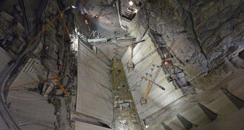 Türkiye'nin en büyük barajında çalışmalar gece gündüz devam ediyor