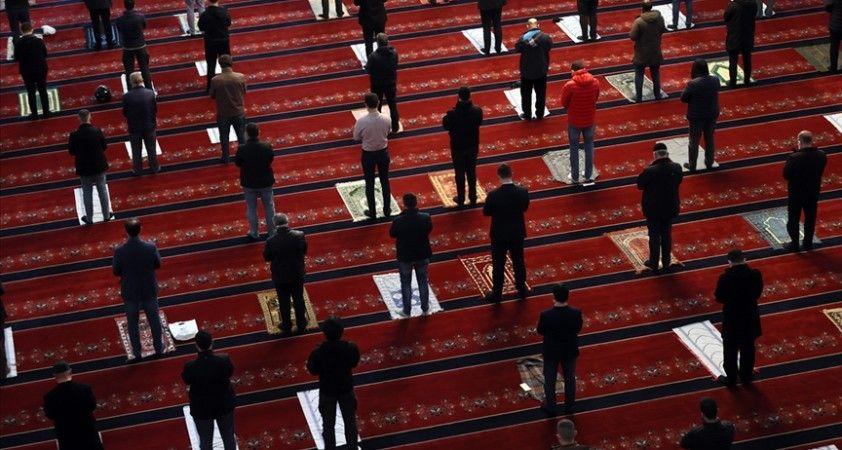 Vatandaşlar yeni yılın ilk cumasını evlerine yakın camide kıldı