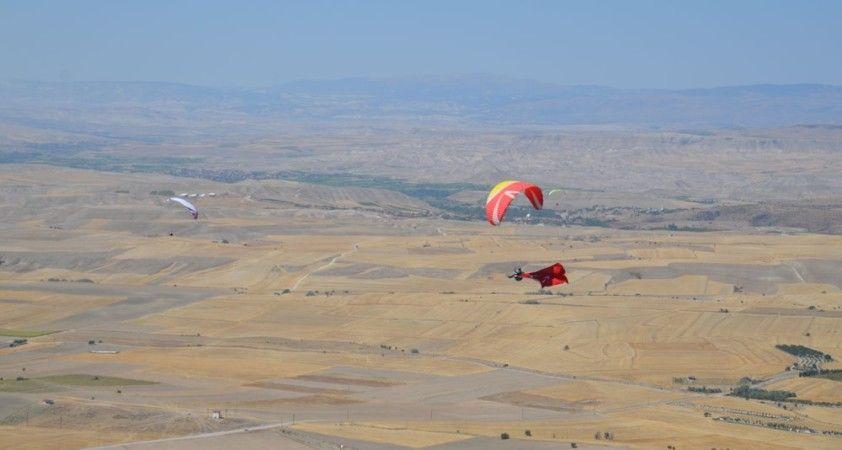 Gökyüzü tutkunları dev Türk bayrağıyla Zafer Bayramını kutladı