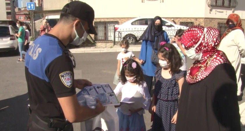 Yüz yüze derse girecek ilkokul öğrencilerine polis maske ve kolonya dağıttı