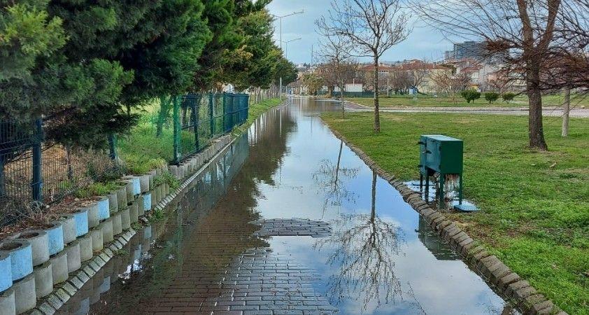 İstanbul'da dalgalar kıyıyı dövdü, park sular altında kaldı