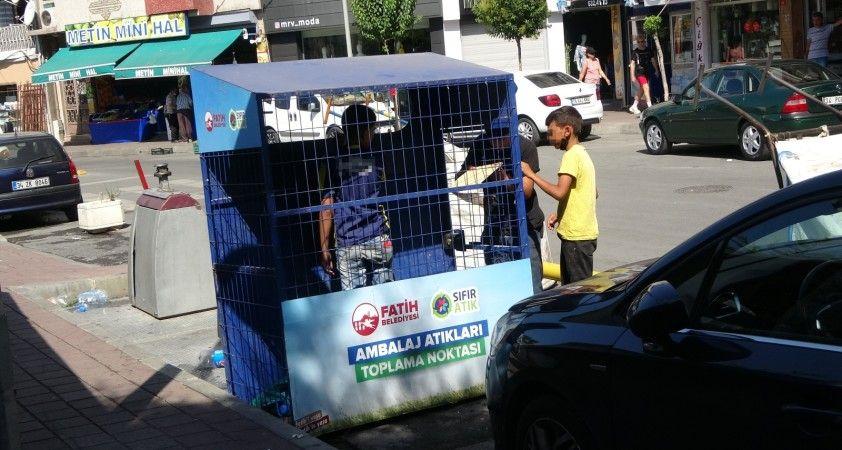 Fatih'te kağıt toplayan çocuklar belediyenin atık kutusuna girdi