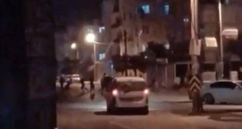 Yılbaşını sokakta 'Erik Dalı' ile kutladılar, polisin sireniyle çil yavrusu gibi dağıldılar