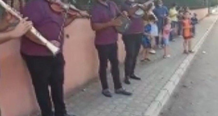 Covid-19'a yakalanan müdüre çalgılı şarkılı moral