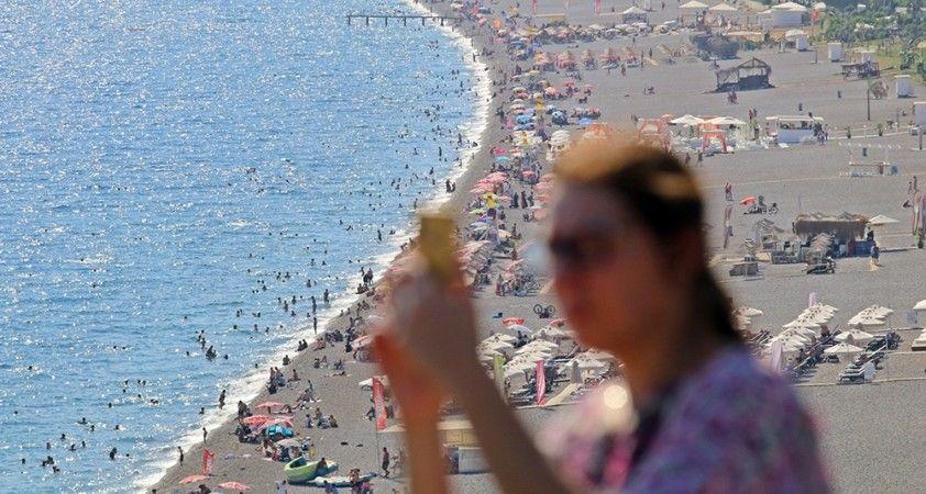 Antalya'da sıcaklık 37 dereceyi gösterdi: Sahiller doldu, taştı