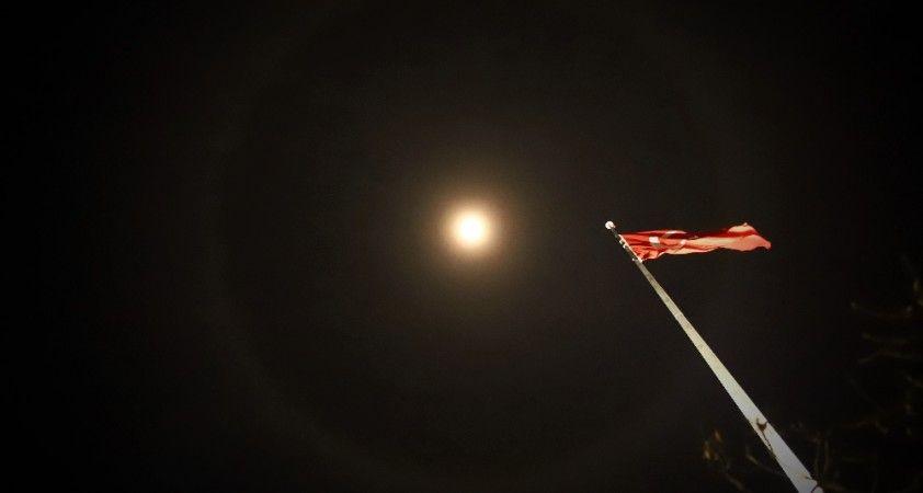 Ay halesi oluştu, vatandaşlar telefonlarına sarıldı