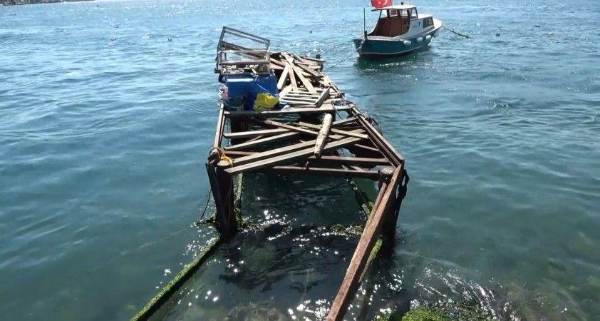 Boğazdan geçen savaş gemilerinin dalgası kafe ve balıkçıları vurdu