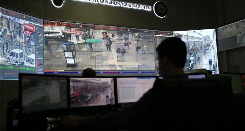 Bursa polisi Kovid-19 tedbirleri kapsamında maske takmayan vatandaşları kameradan tespit edip uyarıyor