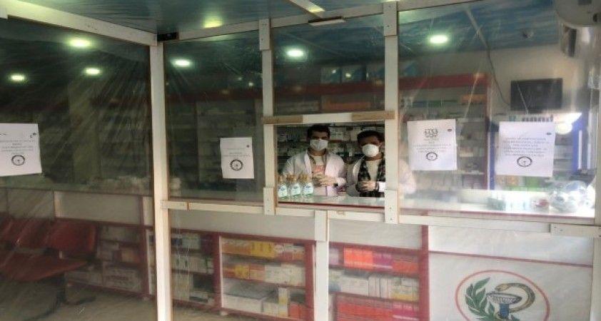 Uludere'deki eczaneden korona virüse karşı naylonlu önlem