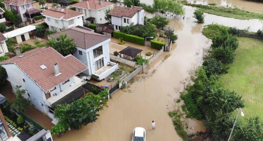 İstanbul'da etkili olan sağanak yağış vatandaşlara zor anlar yaşattı