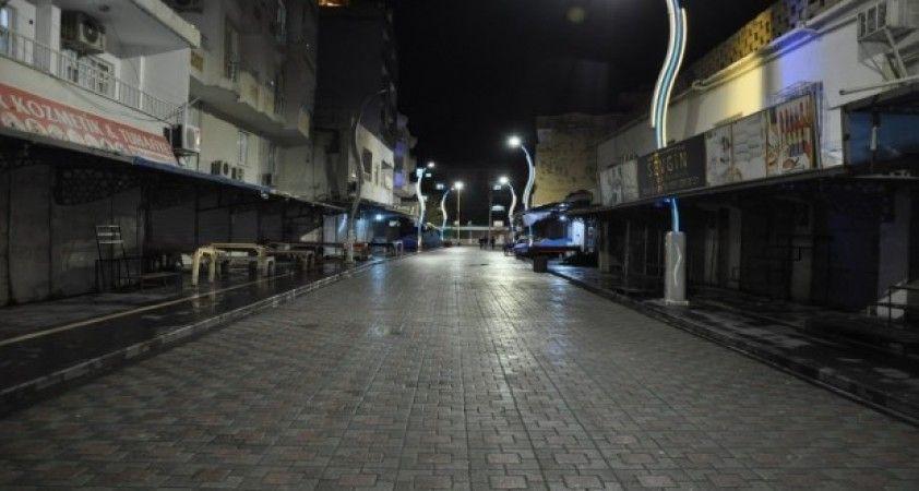 Cizre Belediyesi temizlik mesaisine gece de devam ediyor