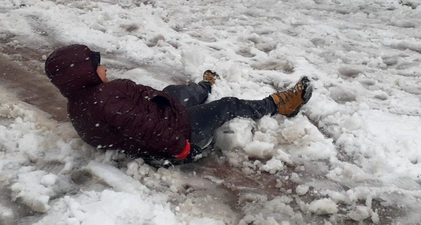 Kar yağınca kısıtlamayı unutan vatandaşlar, karın keyfini çıkardı