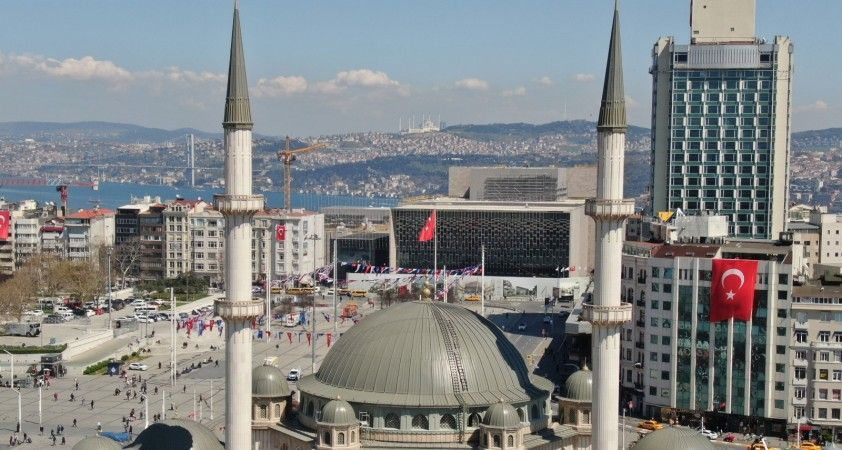 Taksim Camii, Çamlıca Camii ile aynı karede