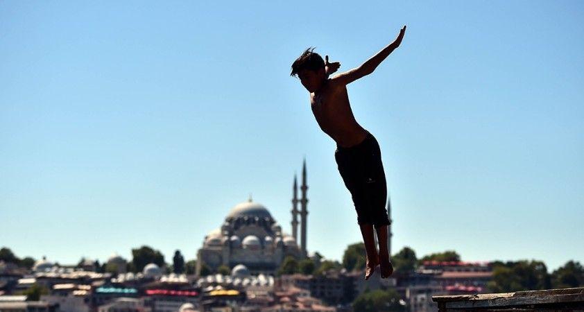 İstanbul'da sıcaktan bunalan çocuklar denize girerek serinledi