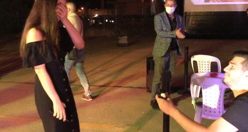 Açık hava sinemasında kornalar eşliğinde evlilik teklifi yaptı