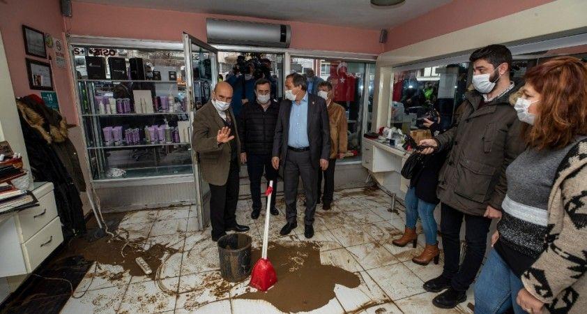 Başkan Soyer, selden zarar gören aileleri ve esnafı ziyaret etti