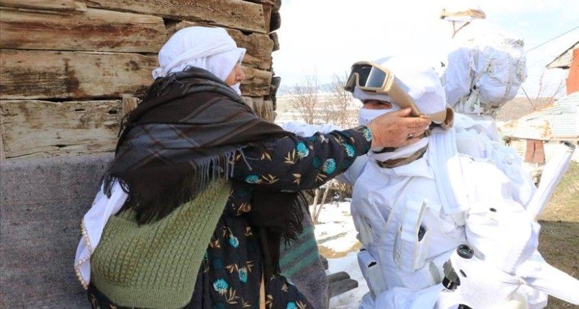 Erzincan'da komandolara kırsaldaki köylülerden moral desteği