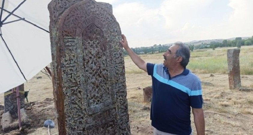 Selçuklu Meydan Mezarlığı'nda ilk: Kemer işlemeli mezar taşı tespit edildi
