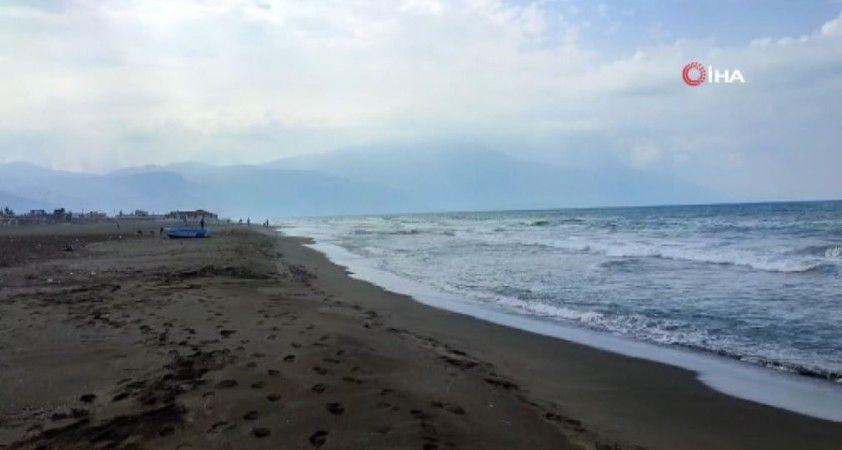 Samandağ'da petrol temizliği sürüyor