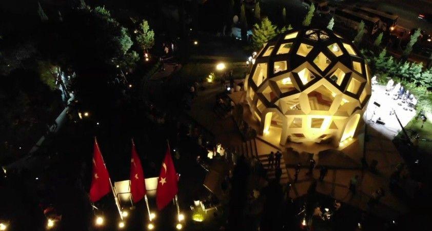 15 Temmuz Şehitler Anıtı'na yoğun ilgi gece saatlerinde havadan görüntülendi