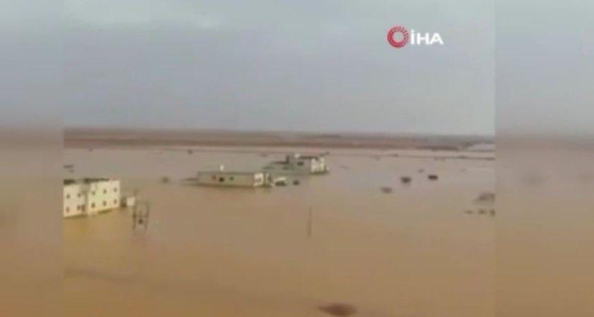 Suudi Arabistan'daki selde birçok kerpiç ev yıkıldı