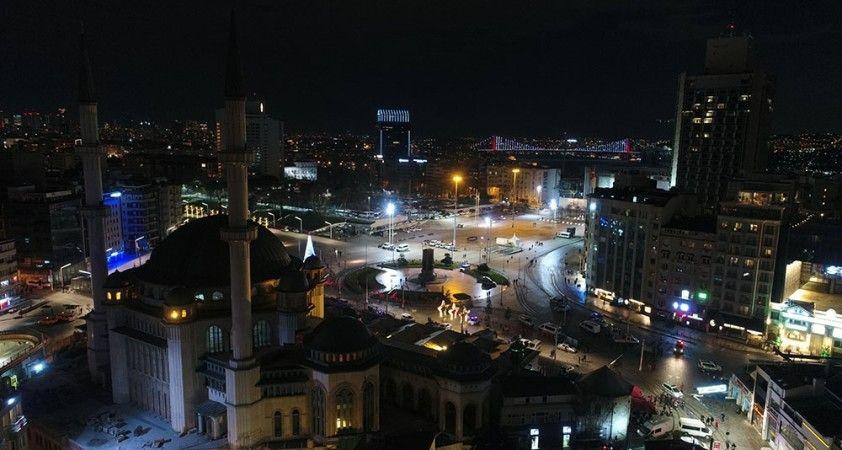 İstiklal Caddesi ve Taksim Meydanı geçtiğimiz yılın aksine bu yılbaşında sessizliğe büründü
