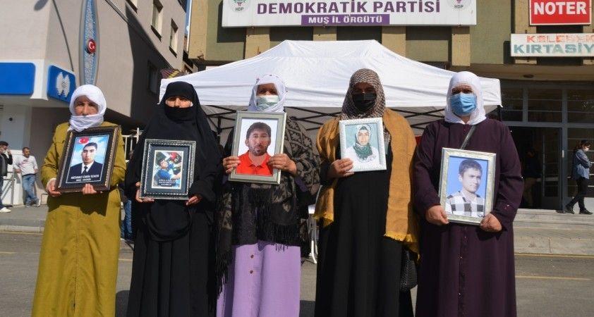 Muş'ta gözü yaşlı ailelerin HDP önündeki evlat nöbeti sürüyor