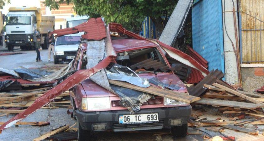 Ankara'da fırtınada 3 binanın çatısı uçtu