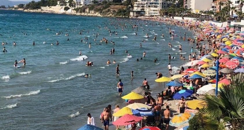 Kuşadası'nda sıcaktan bunalan plaja koştu