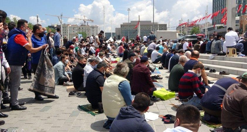 Taksim Camii cuma namazında doldu taştı
