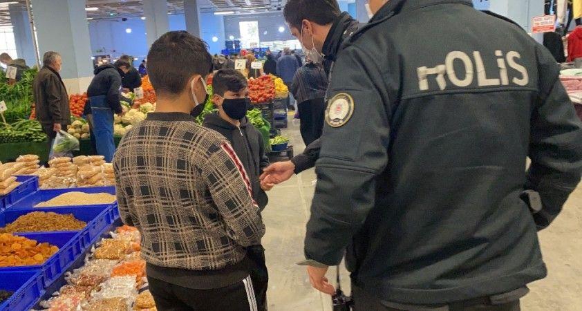 Türk polisinden çocuğa duygulandıran yardım