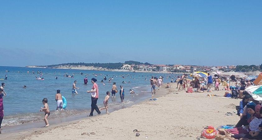 İstanbul'un yanı başında sahiller erken tatilcilerle doldu