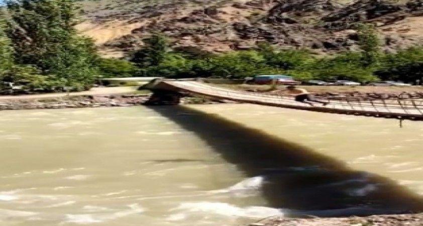 Serinlemek için asma köprüden Çoruh Nehrinin azgın sularına atladı