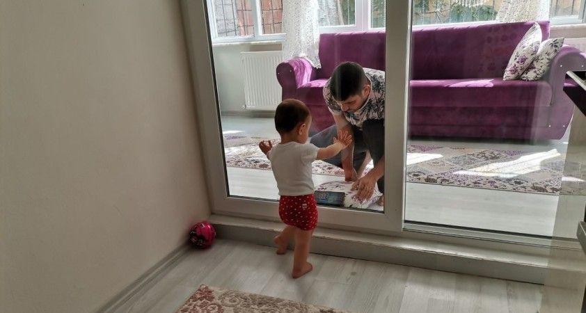 Ordu'da koronavirüslü baba, 2 yaşındaki kızını camın arkasından seviyor