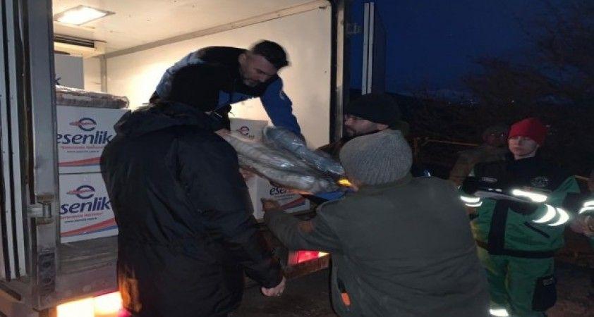 Kocaeli Büyükşehir Belediyesi ekipleri deprem bölgesinde yaraları sarıyor
