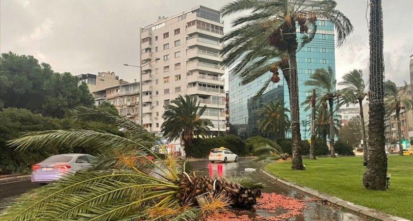 İzmir'de kuvvetli sağanak ve rüzgar hayatı olumsuz etkiliyor