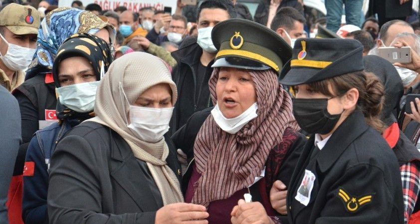 Oğlunun şapkası ile törene gelen anne Elif Yılmaz: