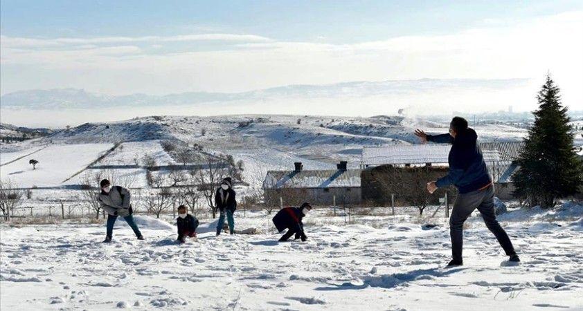 Milli Eğitim Bakanı Selçuk öğrencilerle kartopu oynadı