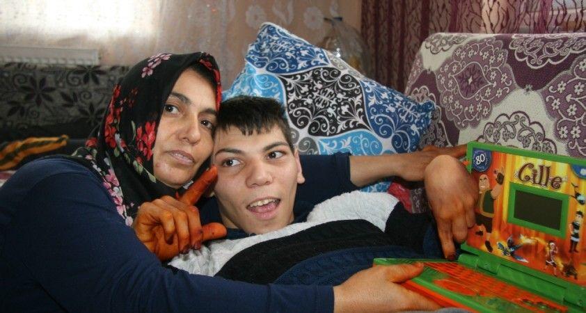 Engelli oğlunun yüzünün gülmesi için akülü araç ve laptop bekliyor