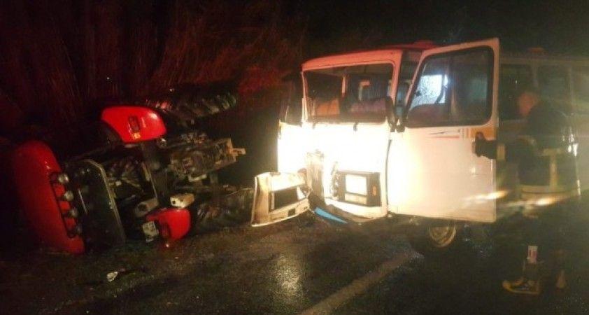 Söke'de minibüs ve traktör çarpıştı: 2 yaralı