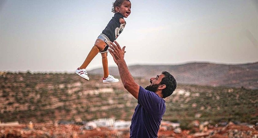 Muhammed bebek Türkiye'de kavuştuğu protez bacaklarıyla İdlib'e döndü