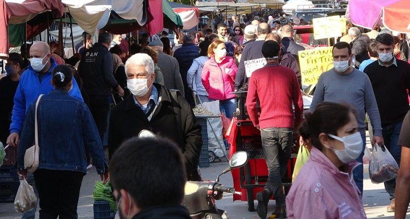Kısıtlama öncesi semt pazarındaki kalabalık korkuttu