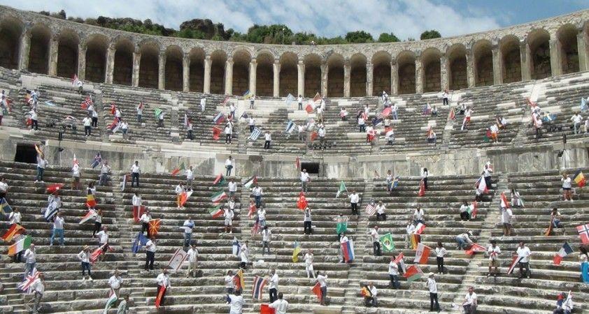 Rehberler 90 ülke bayrağıyla Aspendos'tan seslendi: 'Sizi bekliyoruz'