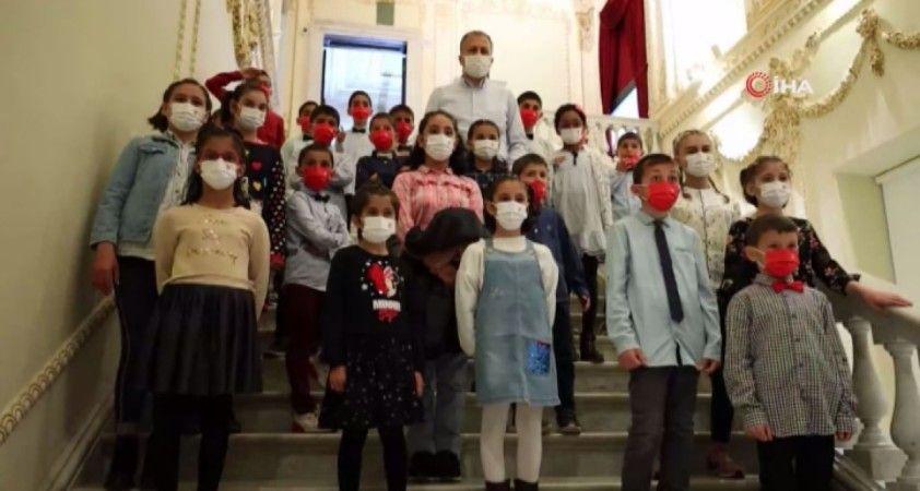 Vali Yerlikaya, 23 Nisan coşkusunu Çocuk Evleri Sitesi'ndeki çocuklarla paylaştı