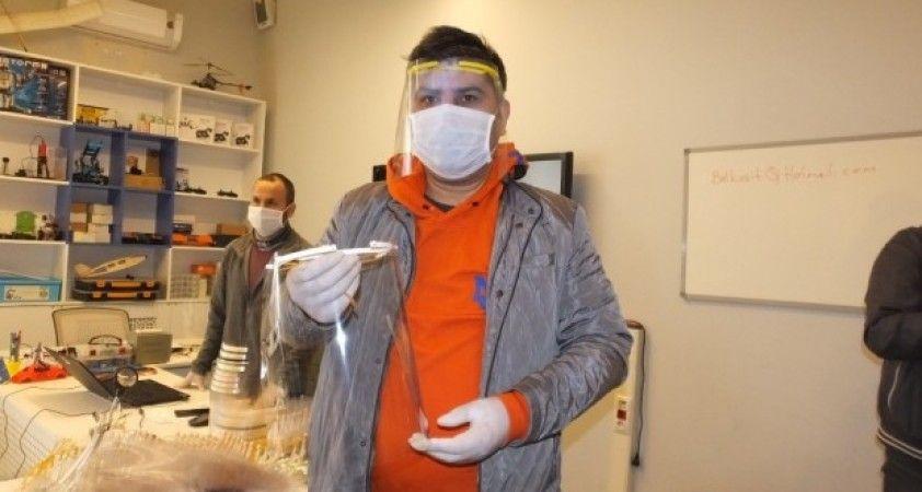 Balıkesir'de öğretmenler sağlıkçılar için siperlikli maske üretti